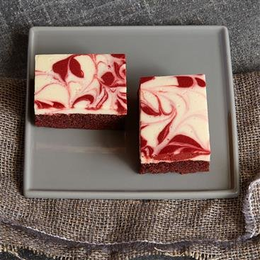 Brownies Cubiertos con Cheesecake Rojo